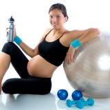 Беременная у мяча фитобол