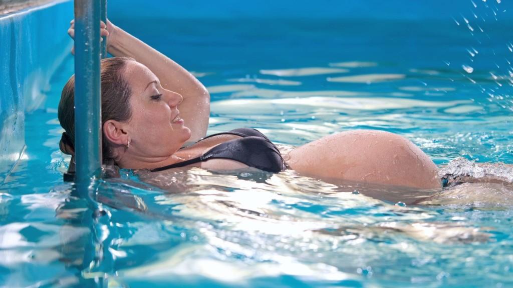 Беременная в бассейне: аква фитнес